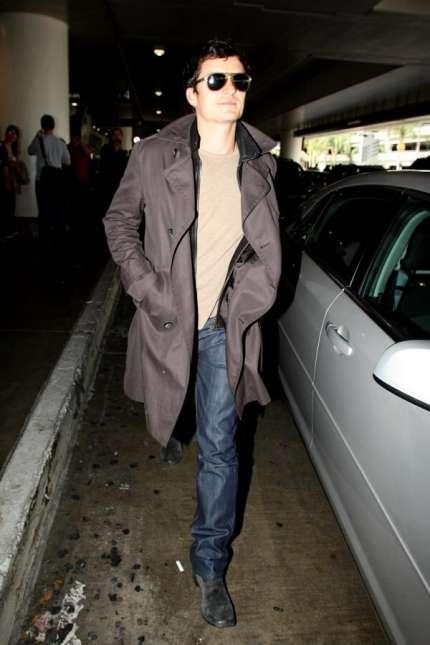 L attore inglese Orlando Bloom indossa un trench e jeans Burberry mentre  arriva all aeroporto di Los Angeles lo scorso venerdi 9 Ottobre. d266da286e6