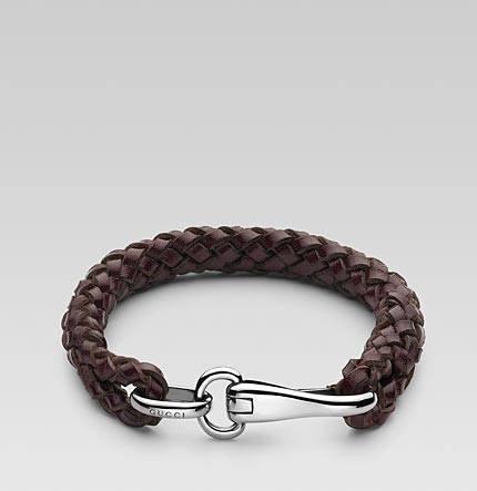 5d341334fd Molti uomini scelgono orecchini, anelli, collane e bracciali come  accessori. Molti brand hanno proposto bracciali prestigiosi e ricercati.