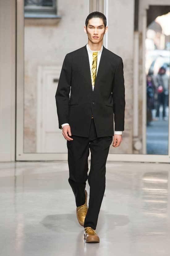 Paris fashion week issey miyake presenta la collezione for Issey miyake scarpe