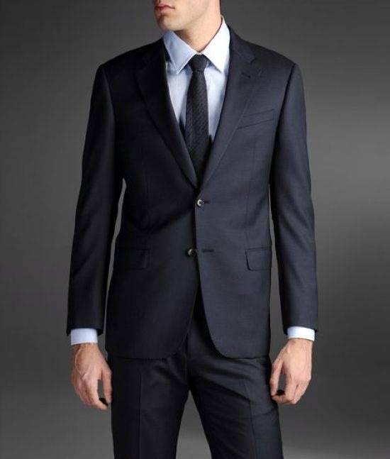 592cd81a6318 Uno sguardo al classico, all'uomo che non rinuncia mai al vero stile made  in Italy. Un occhio attento, quindi, alle proposte di Giorgio Armani per l' abito ...