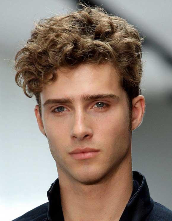 Tagli capelli corti ondulati uomo