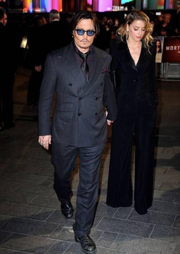 73edf5070512 Per l occasione l attore holliwoodiano ha indossato un abito della  collezione Ralph Lauren Purple Label.