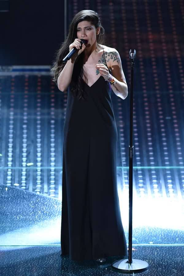 Elisa splendida a Sanremo con abito Calvin Klein Collection