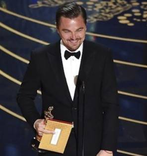 Leonardo Di Caprio vince l'Oscar comne miglior attore in look Armani