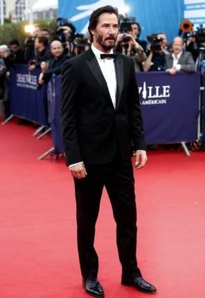Sanremo 2017 ospite l'attore Keanu Reeves look abito stilista