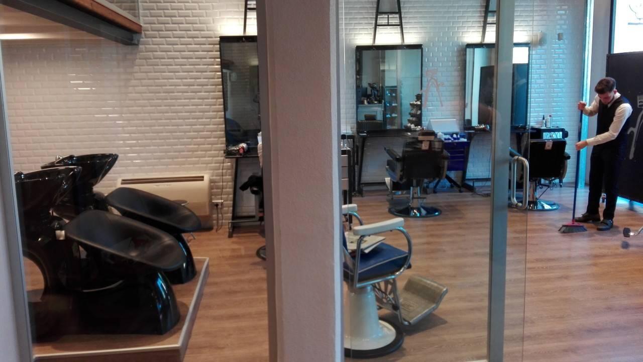 La barbieria presenta uno stile retro-chic. Il personale è molto preparato e vestito elegantemente.