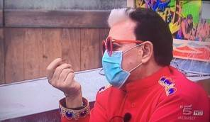 Malgioglio al GF Vip con la mascherina a causa della polvere di Tristopoli