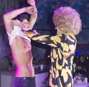 Ignazio Moser fa lo strip in un locale gay con la drag queen FOTO