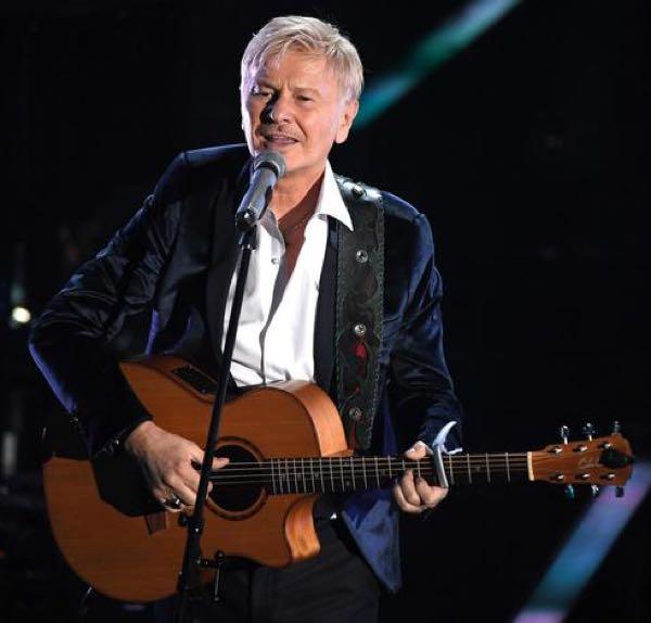 Ron premio della critica a Sanremo 2018 con il brano di Dalla, il look