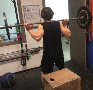 Come rinforzare la gambe in palestra con gli squat e bilanciere