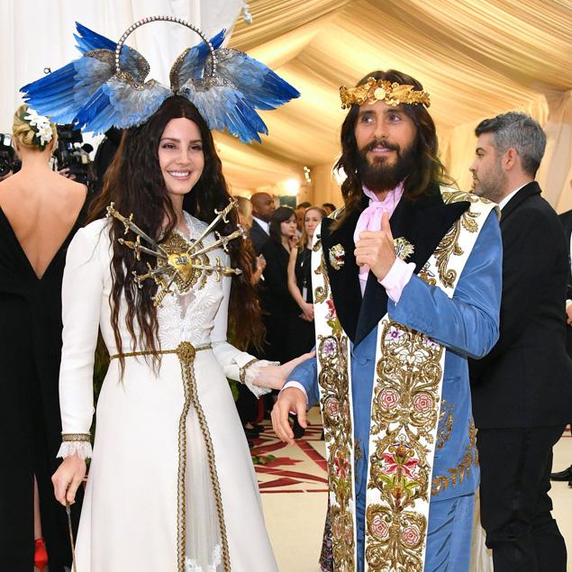 9d6b94878cc Met Gala 2018 red carpet Jared Leto in Gucci con Lana Del Ray - Moda ...