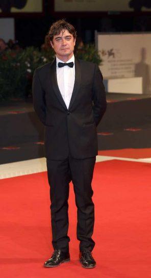 Riccardo Scamarcio look abito e stilista alla Mostra del Cinema di Venezia