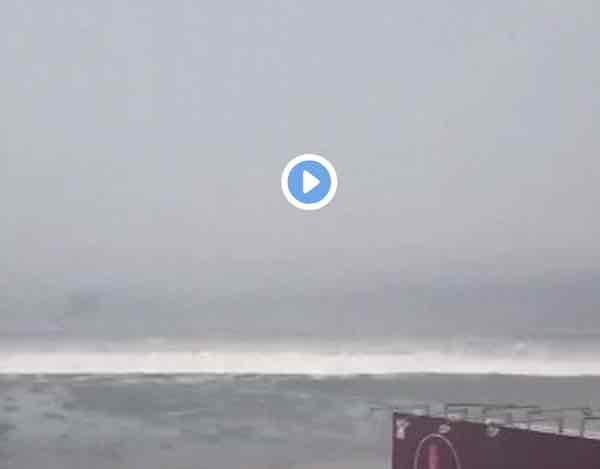 Tzunami in Indonesia il Video amatoriale della forza dell'acqua che spazza via le case